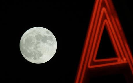 Visual delight : Skygazers witness first Super Moon in 70 years