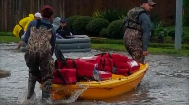 Pizza Hut workers deliver pies by kayak to Harvey victims