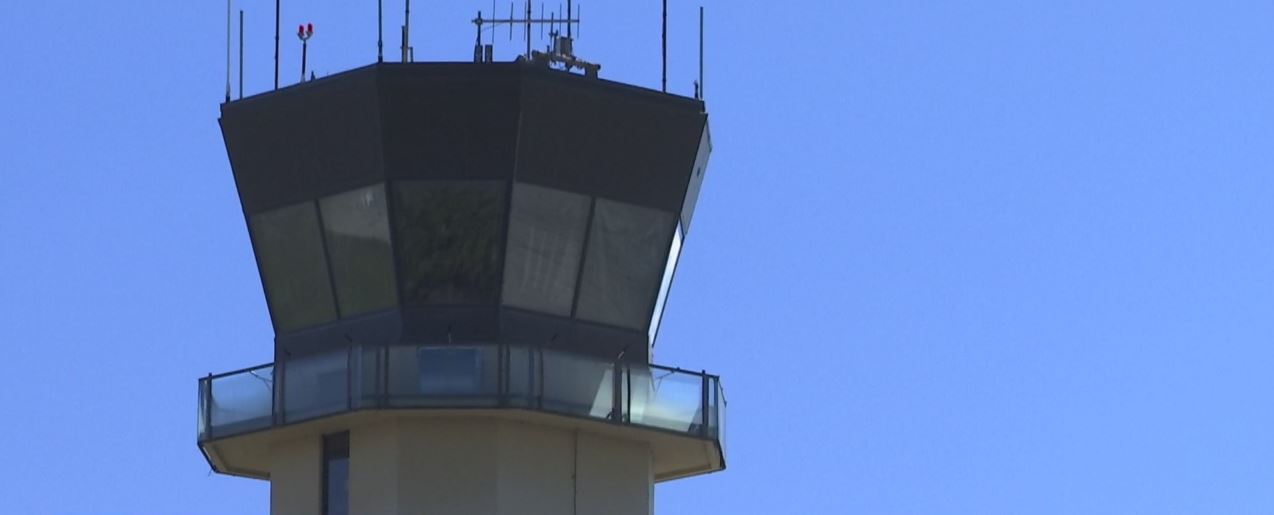 Unpaid air traffic controllers plead for an end of the government
