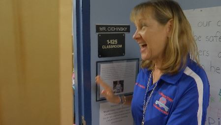 Kim Conrad sings as she delivers nutritious foods. (Credit: WINK News)