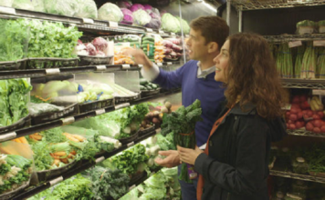 Dr. Drew Ramsey and chef Samantha Elkrief shopping for food for a healthier brain. (Credit: CBS News)